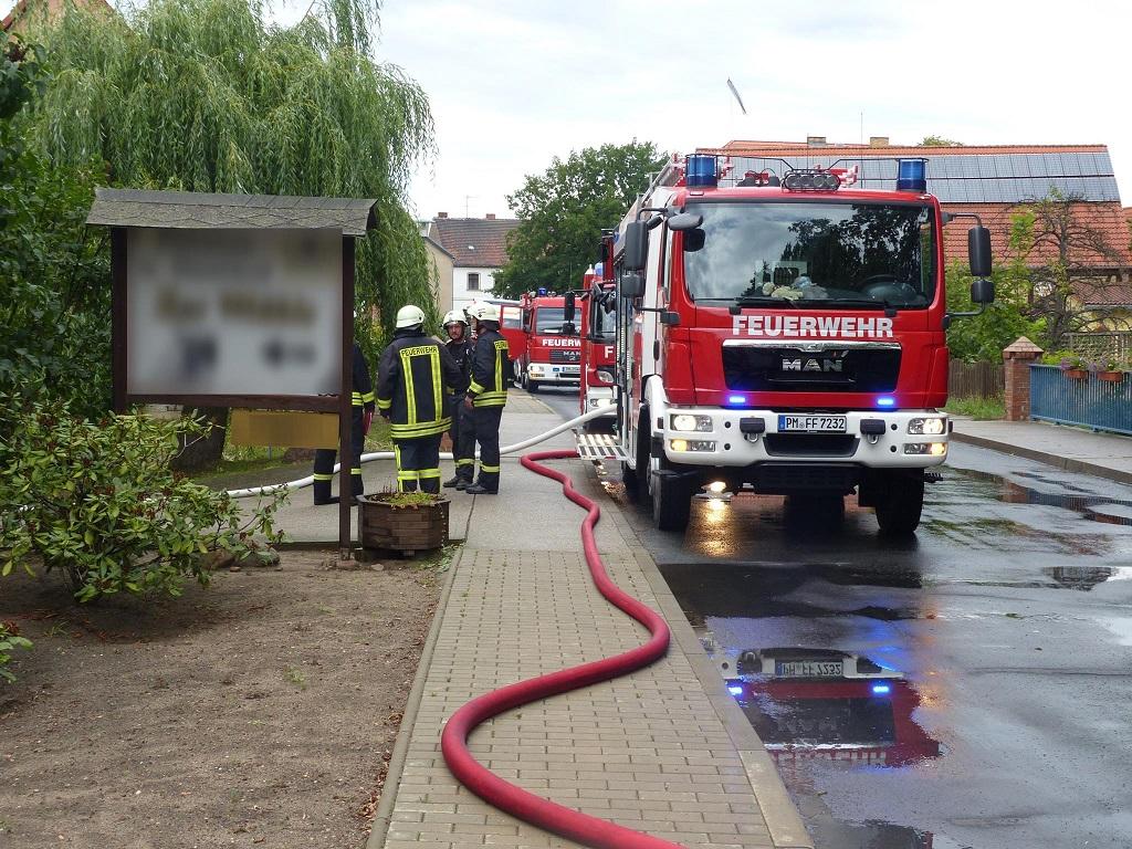 bad belzig feuerwehreinsatz wegen garagenbrand auf vierseitenhof in fredersdorf. Black Bedroom Furniture Sets. Home Design Ideas